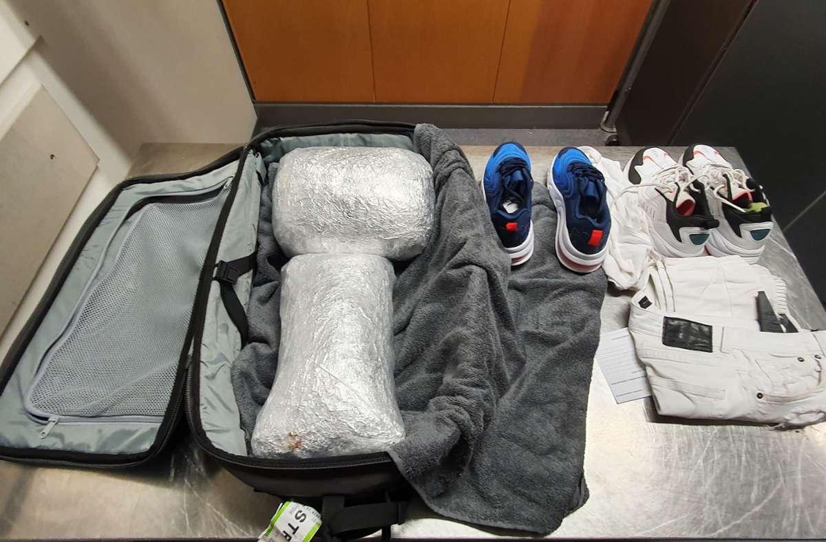 Im Gepäck des Reisenden mussten die Beamten nicht lange suchen: außer einer Hose, einem Handtuch und Schuhen enthielt der Koffer nur das geschmuggelte Gras. Foto: Hauptzollamt Stuttgart