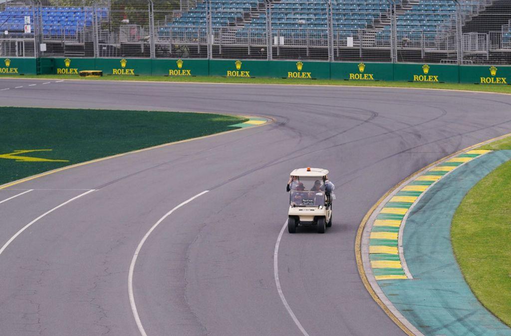 Keine schnittigen Rennwagen rasen über die Strecke im Albert Park von Melbourne – sondern nur ein Golfcart, in  dem Mitarbeiter die Strecke checken. Foto: dpa/Michael Dodge
