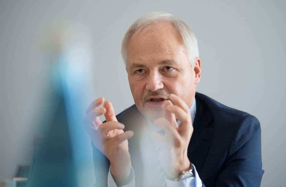 Peer-Michael Dick, Hauptgeschäftsführer der Unternehmer Baden-Württemberg, will die Beschäftigten stärker in die Pflicht nehmen. (Archivbild) Foto: dpa/Marijan Murat