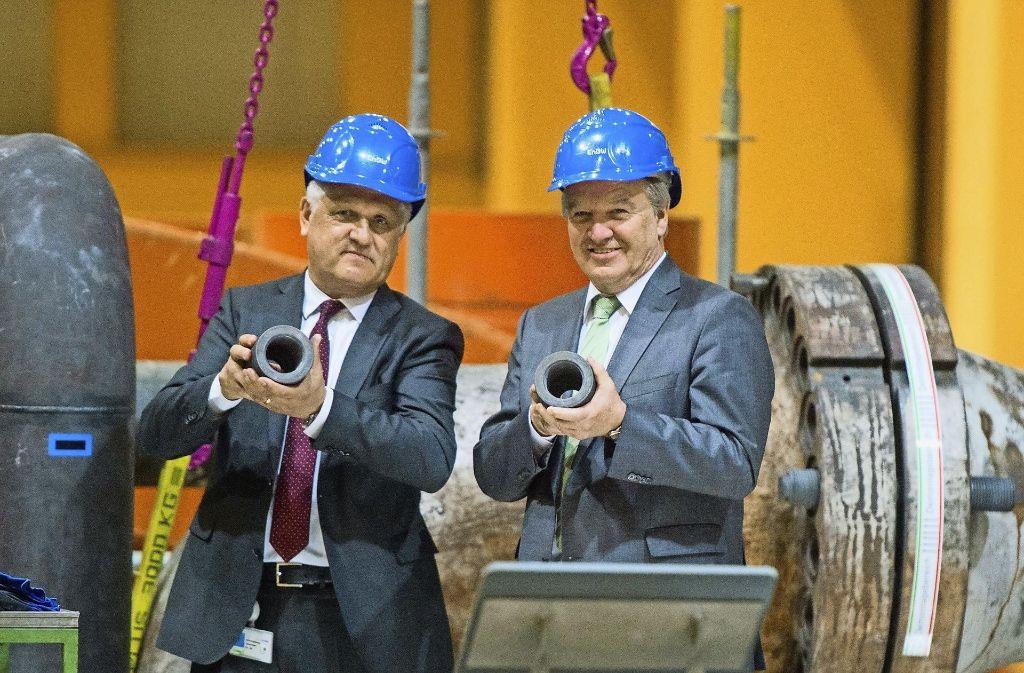 Nichts geht mehr:  EnBW-Technikvorstand Zimmer (links)  und Minister Untersteller haben eine Dampfleitung gekappt. Foto: dpa