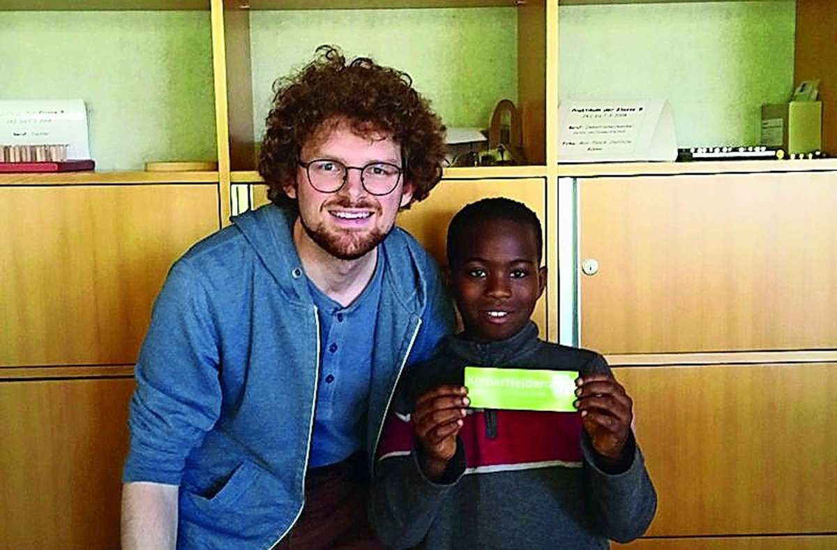 In Zeiten vor Corona konnten sich Valentin Buss (l).  und John noch persönlich treffen. Jetzt hilft der Mentor dem Grundschüler auf digitalem Weg. Foto: privat/Kinderhelden