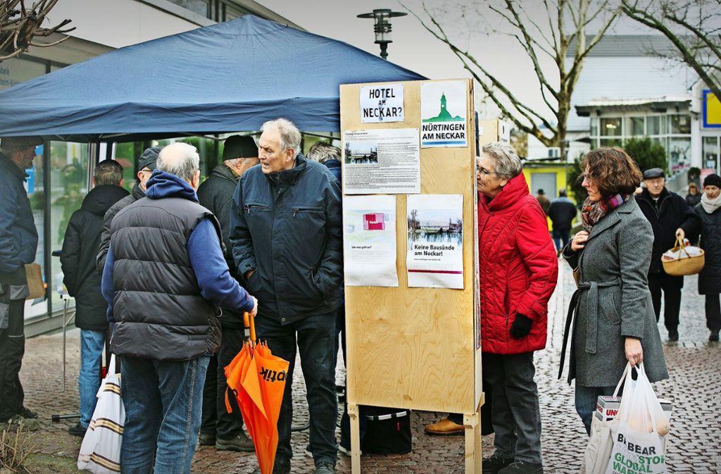 Die Bürgerinitiative hat  auf dem Wochenmarkt bis zum 24. Februar jeweils samstags von 8 bis 12 Uhr  einen Stand. Foto: Horst Rudel