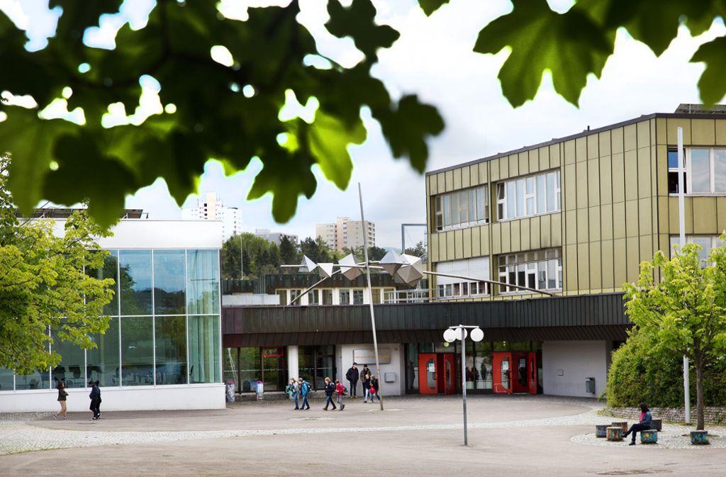 Am Nürtinger Hölderlin-Gymnasium sind unter anderem die Fenster sanierungsbedürftig. Foto: Ines Rudel