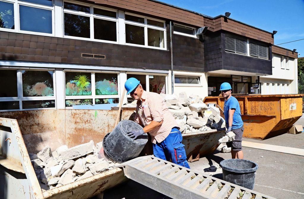 Staubige Chefs: Jan Uwe Berner und Hannes Laipple befüllen die Container mit Abbruchmaterial Foto: