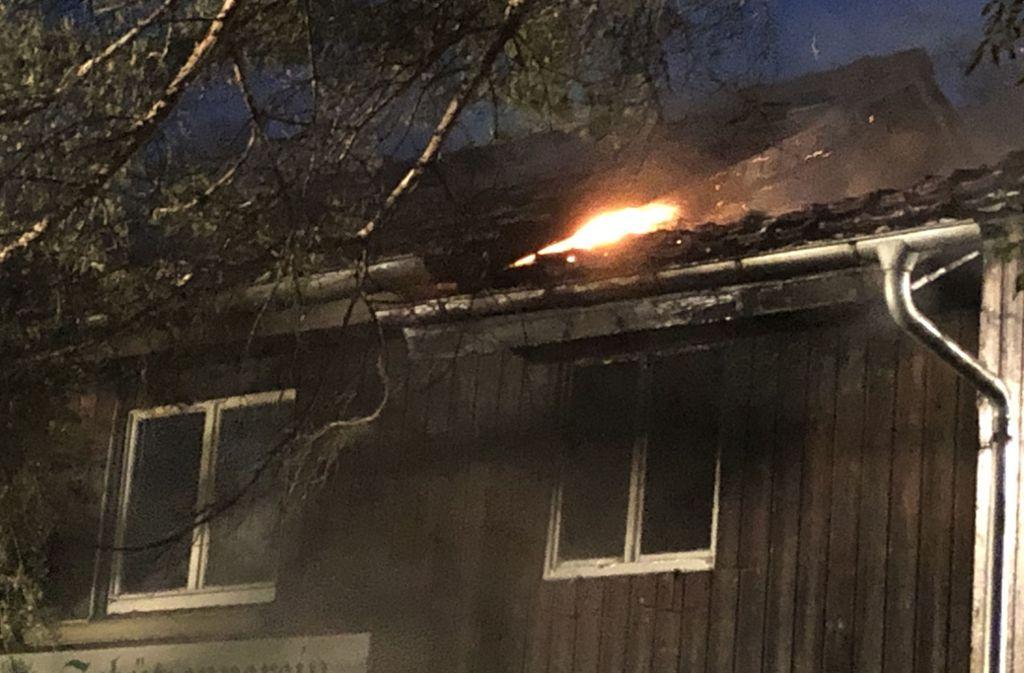Als die Feuerwehr am Unglücksort eintraf, brannte der Dachstuhl des Schützenhauses. Foto: SDMG/Hemmann