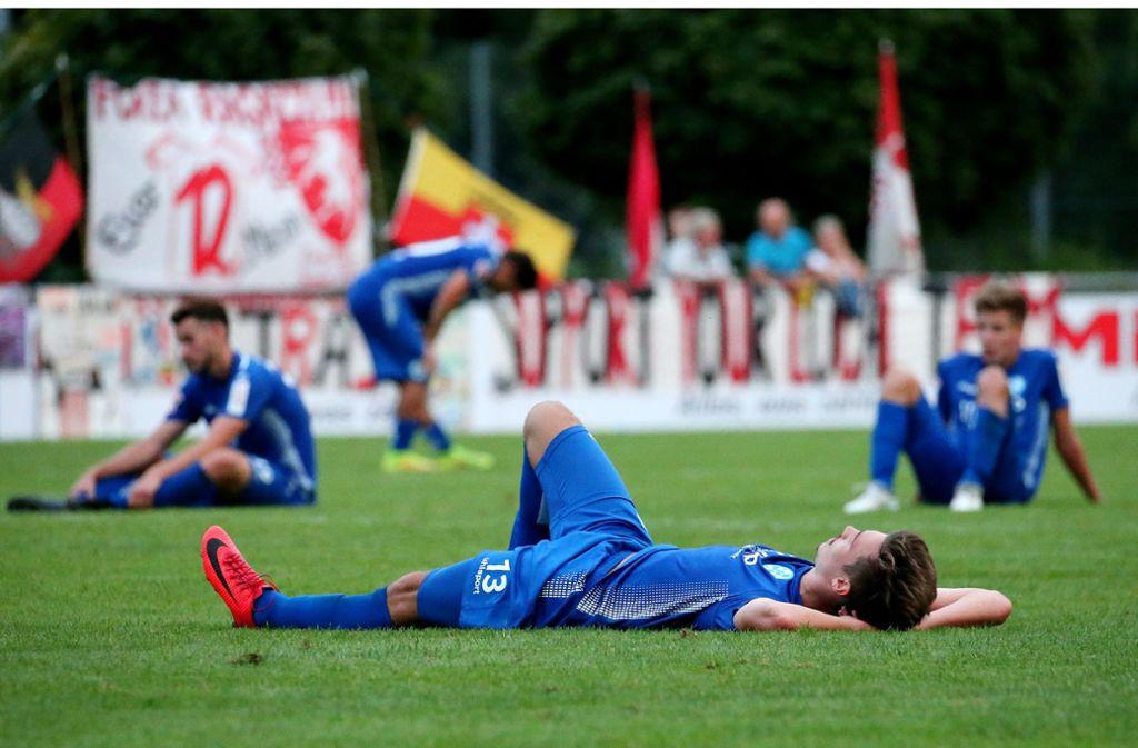 Nach dem Pokal-Aus gegen Backnang am Boden: Die Spieler der Stuttgarter Kickers. Foto: Baumann