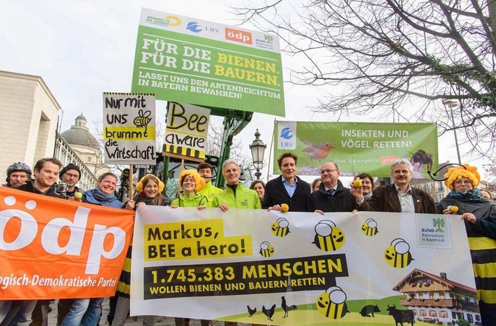 Auftakt zum Runden Tisch: Die Naturschützer zeigen Flagge vor Markus Söders Staatskanzlei. Foto: dpa