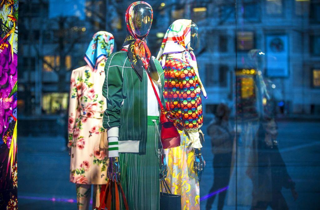 Diese neue Seidentuchkollektion in einem Stuttgarter Schaufenster hat panische Kommentare eines AfD-Politikers provoziert. Foto: Lichtgut/Leif Piechowski