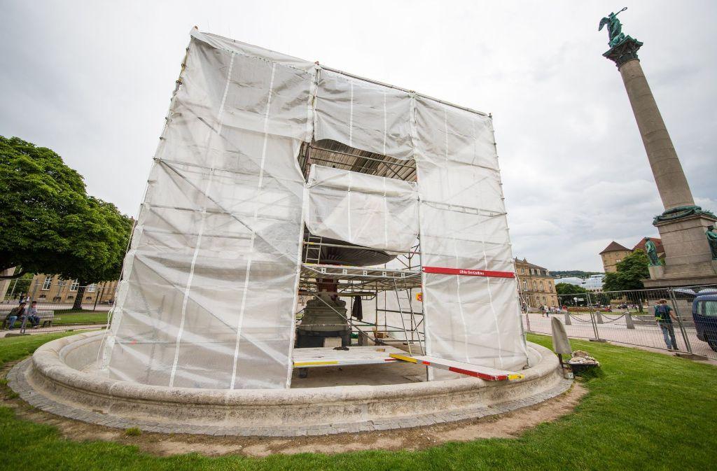 Die Sanierung der beiden Stuttgarter Brunnen auf dem Schlossplatz zieht sich hin. Foto: dpa