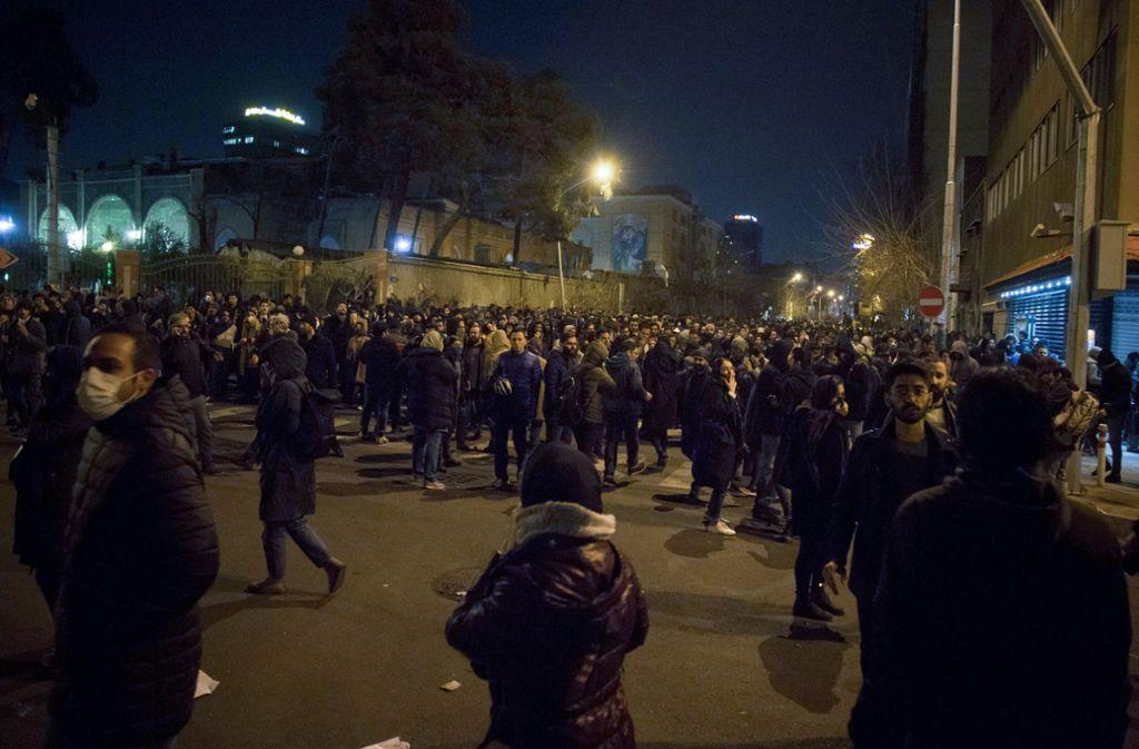 Iranische Studenten demonstrieren vor der Amirkabir Universität in der Innenstadt nach einer Trauerfeier für die Opfer des Flugzeugabsturzes. Foto: dpa/Rouzbeh Fouladi