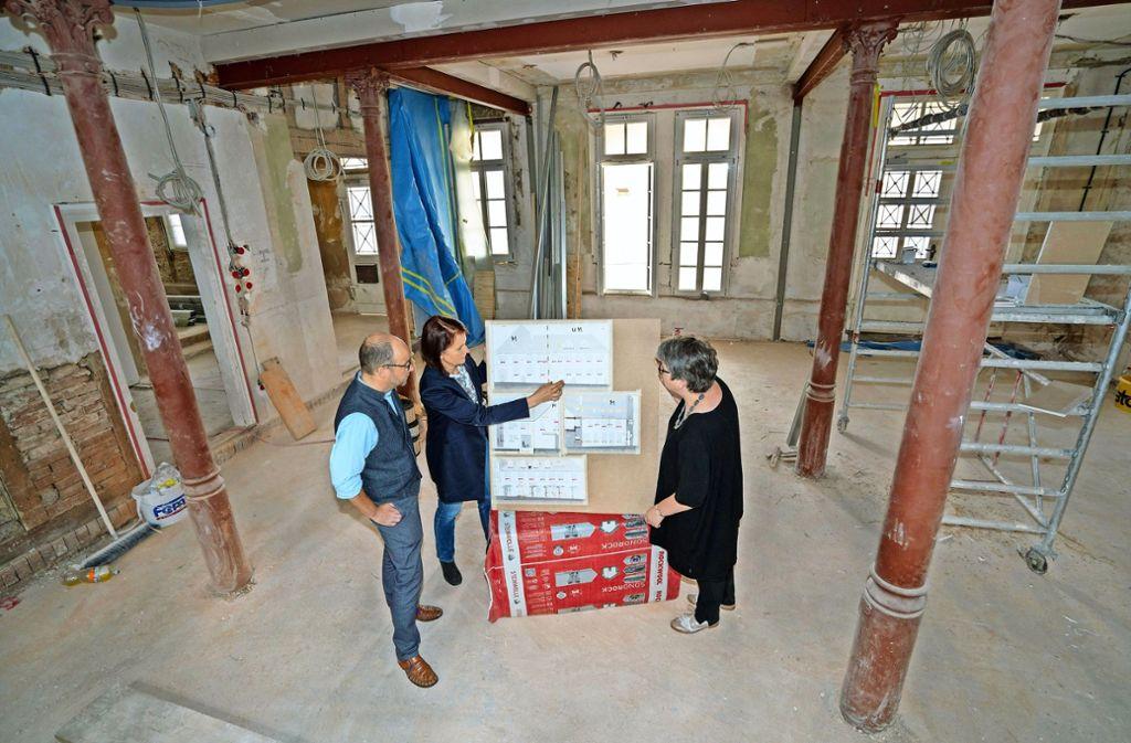 Begegnungsstätte im Rohbau: Dirk Werhan, Inge Kirsner und Elke Dangelmaier-Vinçon (von links) erklären, was sich im Dekanat ändern wird. Foto: factum/Weise