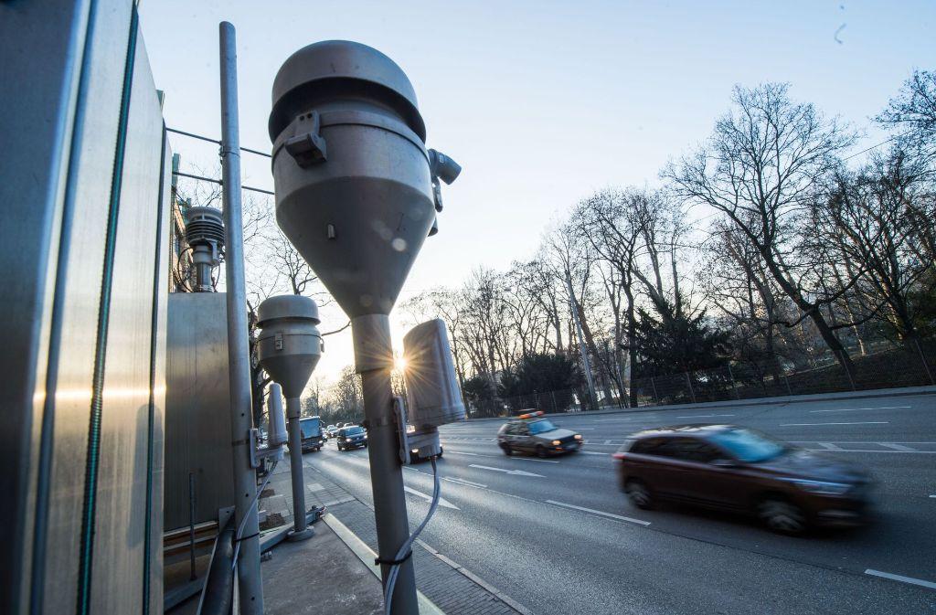Die amtlichen Messgeräte (hier am Neckartor in Stuttgart) geben nur einen Teil der Feinstaub-Realität wieder. Foto: dpa