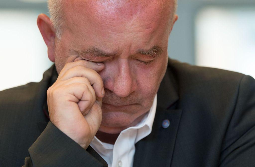Den Tränen nahe: Detlev Zander, Missbrauchsopfer, während der Pressekonferenz zur Aufklärung der Missbrauchsfällen der Evangelischen Brüdergemeinde Korntal. Foto: dpa