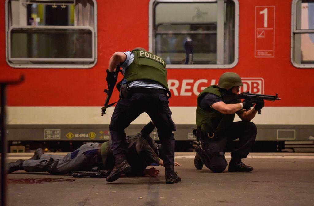Der Terror ist gespielt, der Stress ist echt: Polizisten üben im Stuttgarter Hauptbahnhof den Ernstfall. Foto: Lichtgut/Max Kovalenko