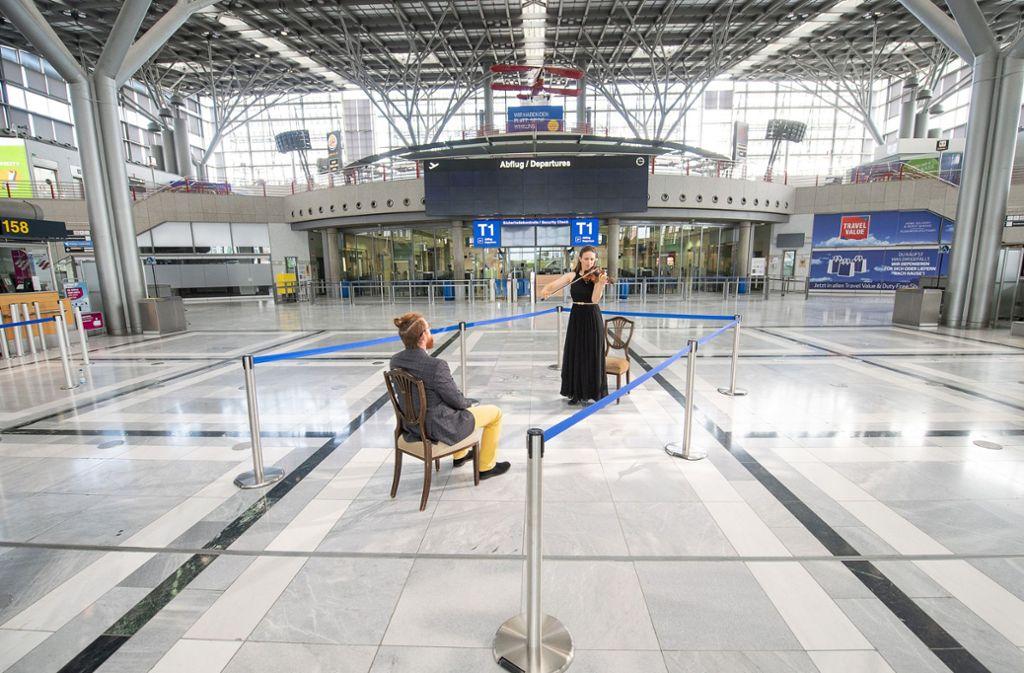 Elena Graf, 1. Konzertmeisterin der Staatsoper Stuttgart, spielt während des Drehs eines Trailers für Eins-zu-Eins-Konzerte im Terminal 1 des Flughafens Stuttgart  auf der Violine. Foto: dpa/Sebastian Gollnow