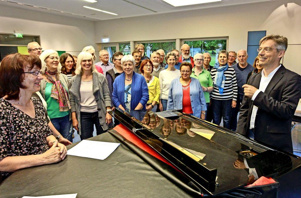 Hier passt's nicht nur menschlich, sondern auch – oder gerade deshalb – auch musikalisch: Tobias Horn (rechts) mit seiner Kantorei, die er aus einst sechs Damen aufbaute. Foto: factum/Bach