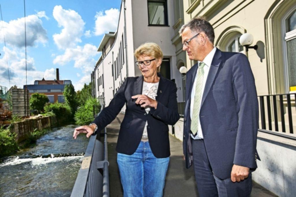 Die Oberbürgermeisterin Angelika Matt-Heidecker erklärt dem Ministerialdirektor Helmfried Meinel, was die Stadt   im Zuge der Lauter-Renaturierung vor hat. Foto: Ines Rudel