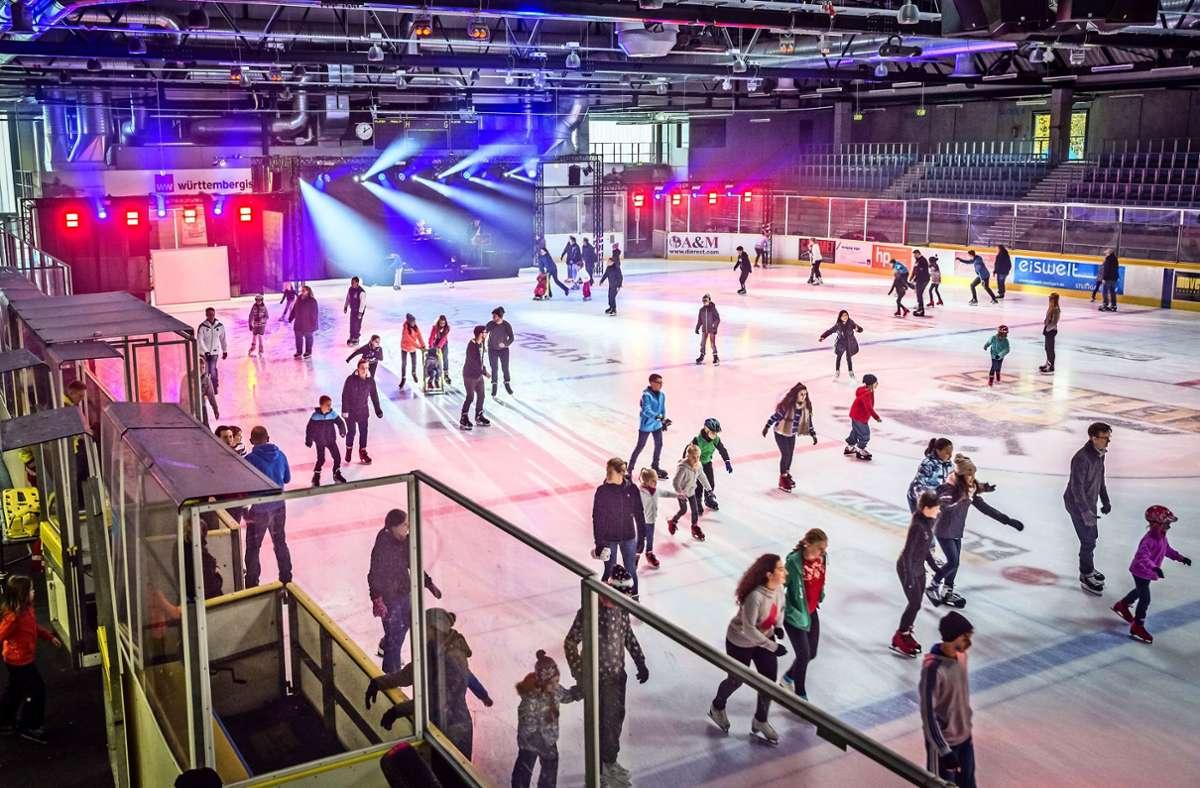 In dieser Saison gilt auch auf der Eisbahn: Abstand halten. Im November allerdings bleibt die Halle auf der Waldau geschlossen. Foto: Lichtgut/Julian Rettig