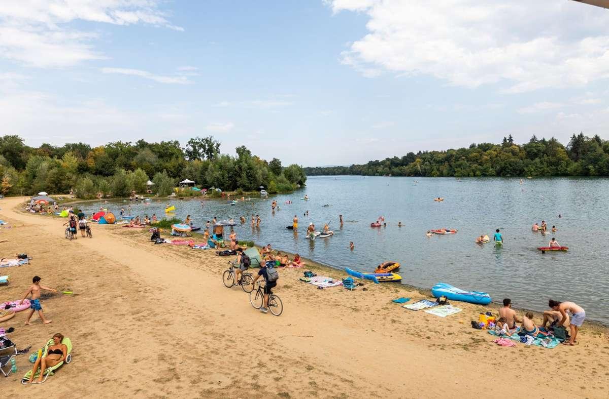 Voll, aber nicht überfüllt: das Ufer des Opfinger Sees am Samstag Foto: dpa/Philipp von Ditfurth