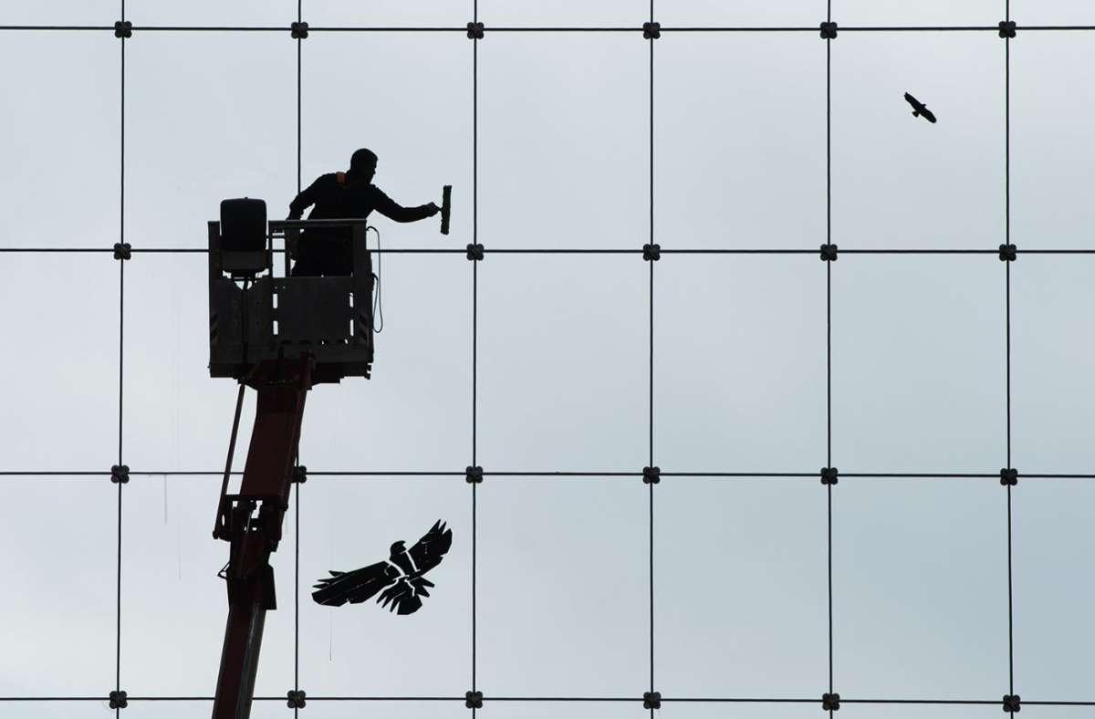 Wer den gesetzlichen Mindestlohn verdient, kann sich in den kommenden Jahren über eine leichte Erhöhung freuen. Foto: dpa/Sebastian Kahnert