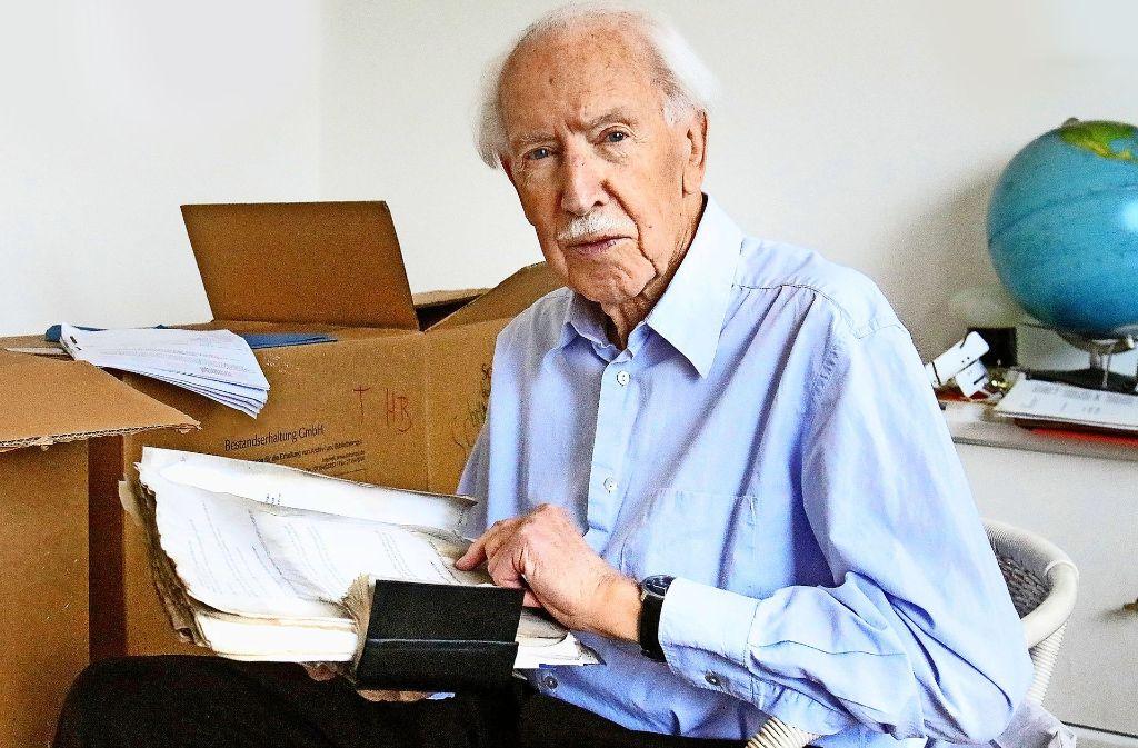 Einige  Unterlagen wurden gerettet:  Hermann Bausinger sortiert   Papiere. Foto: Haas