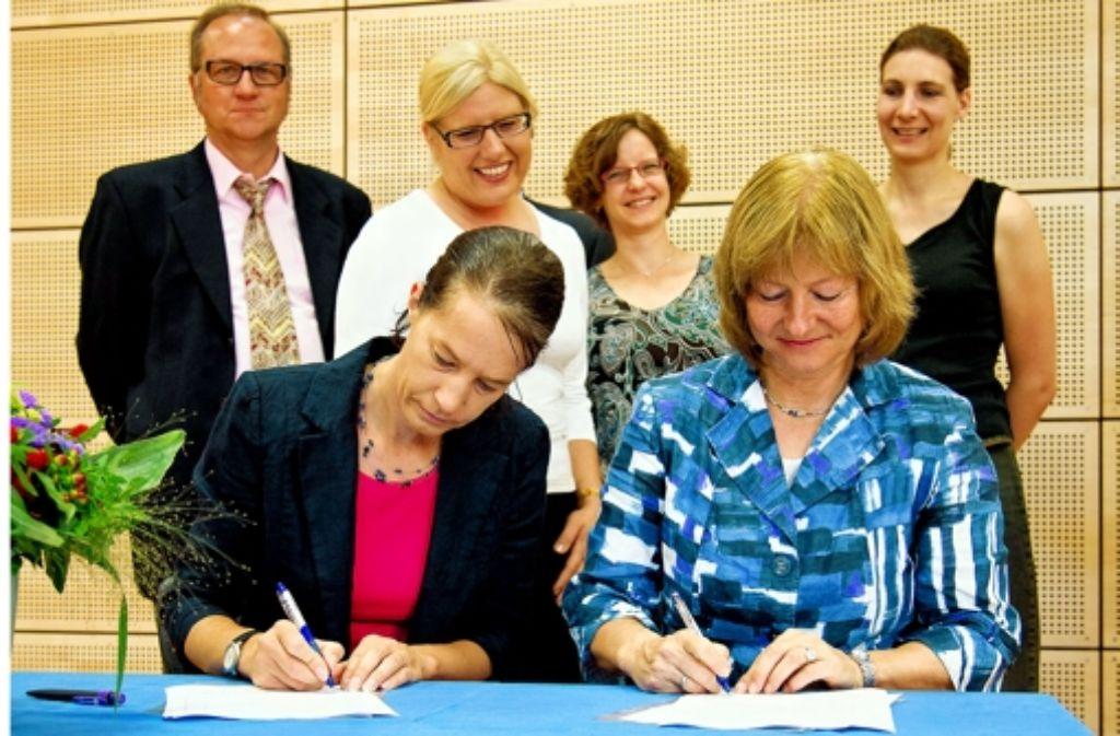 Die neue Partnerschaft ist mit Unterschriften besiegelt worden. Foto: Martin Stollberg