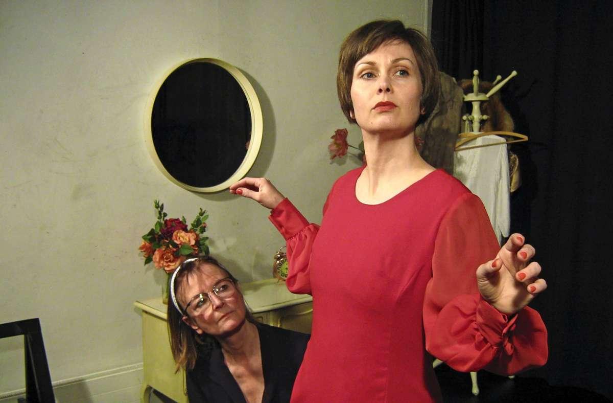 """Morgane Poedras  spielt in dem Genet-Stück """"Die Zofen"""" Foto: Helen Pavel"""