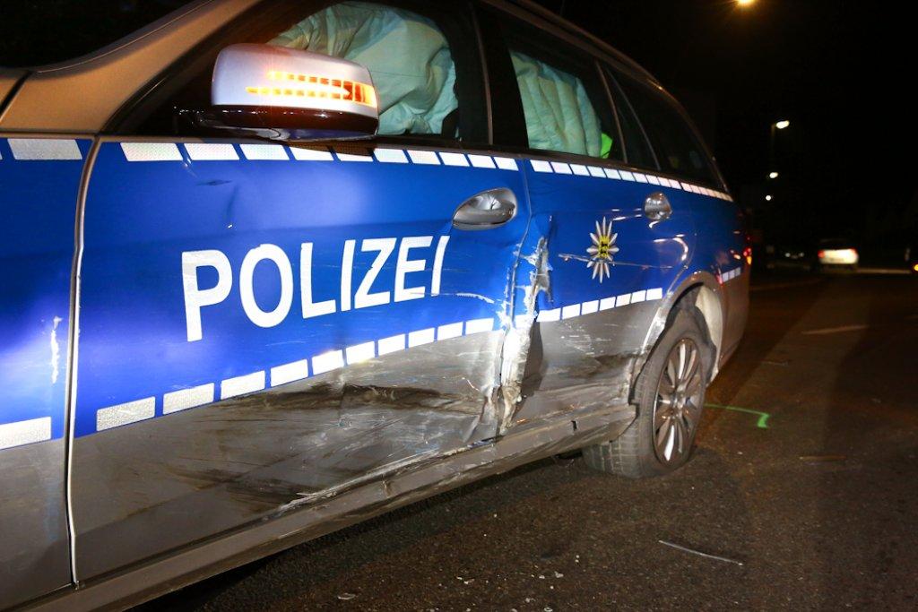 Auf der Flucht vor der Polizei rammt ein 30-Jähriger am Sonntag in Weinstadt-Beutelsbach einen Streifenwagen.  Foto: Benjamin Beytekin