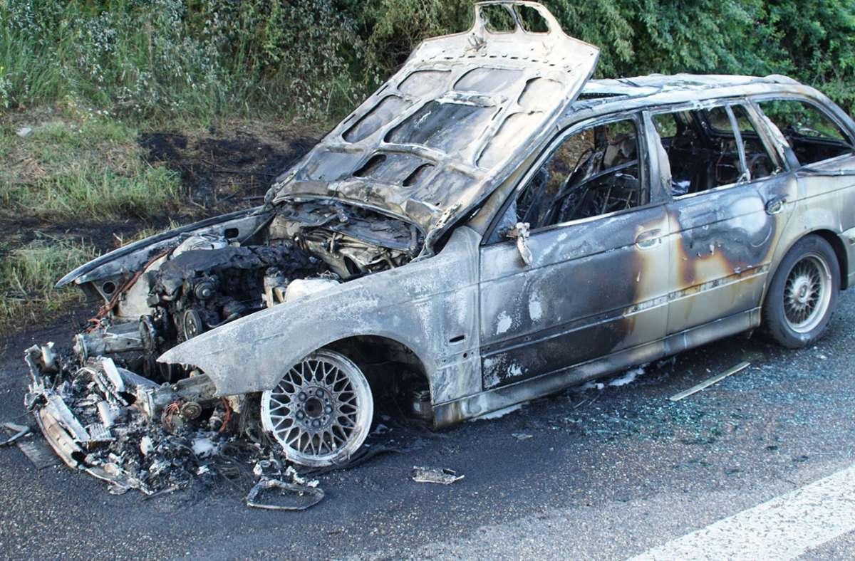 Auf der A8 bei Pforzheim ist ein BMW am Sonntag vollständig ausgebrannt. Foto: SDMG/Gress