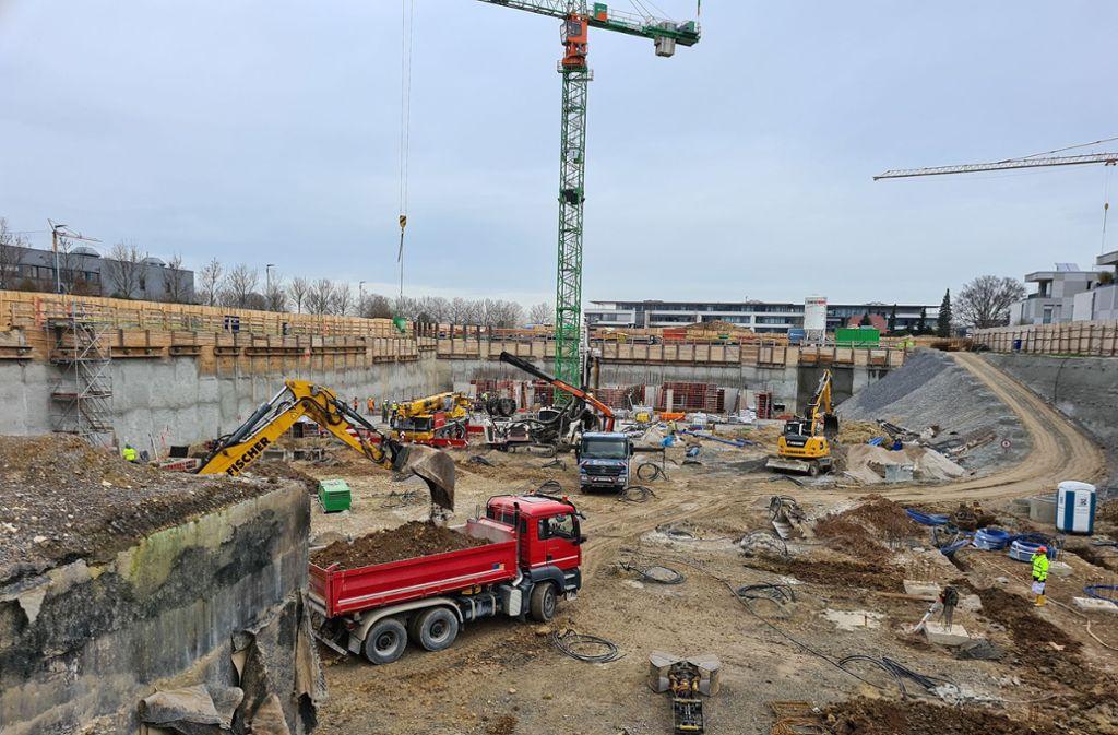 Krise? Nicht  auf der Baustelle der SDK an der Lise-Meitner-Straße, wo gerade in der Grube für eine zweigeschossige Tiefgarage gewerkelt wird. Foto: Patricia Sigerist