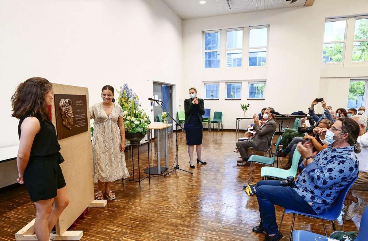 Clara Jans und Paula Denz enthüllen ihre Gedenktafel für Hans Scholl. Sie soll im Treppenhaus des Mörike-Gymnasiums an den Weiße-Rose-Mitbegründer erinnern. Foto: Simon Granville