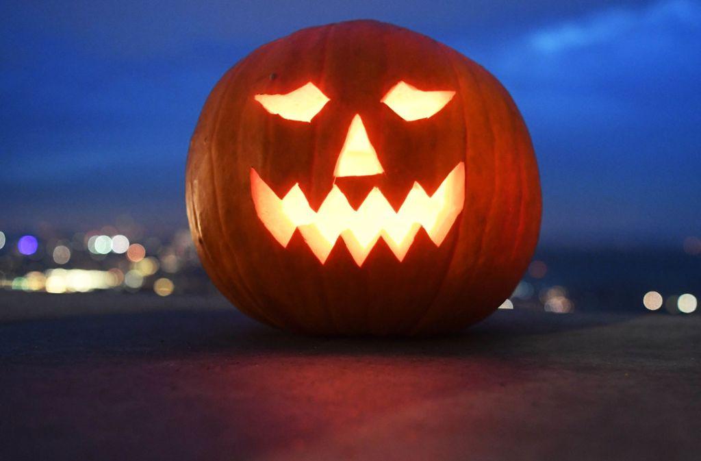 Das populäre Halloween-Brauchtum rund um Jack O'Lantern, den ausgehöhlten Kürbis mit eingeschnitzter Fratze, stammt aus Irland. Mit der Auswandererwelle im 19. Jahrhundert schwappte es in die USA über. Foto: dpa