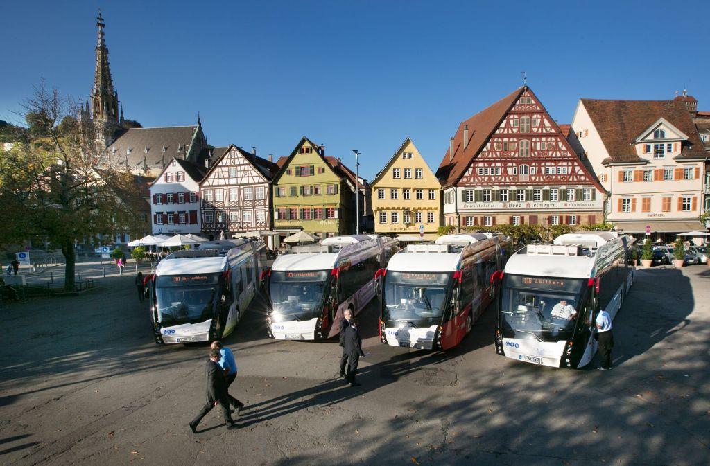 Anlässlich des ministerialen Besuchs sind die vier Elektro-Hybrid-Busse am Montag ausnahmsweise auf dem Esslinger Marktplatz geparkt worden. Foto: Ines Rudel