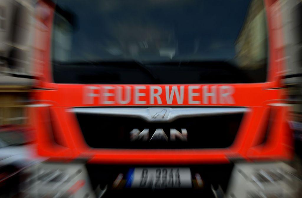 Ein Feuerwehrmann wurde bei den Löscharbeiten durch einen herabfallenden Balken leicht verletzt. (Symbolbild) Foto: dpa