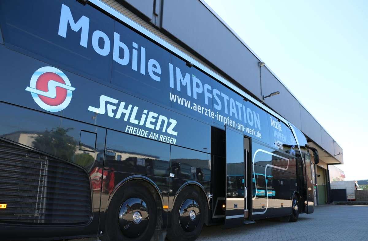 Rund zwei Wochen hat es gedauert, den komfortablen Reisebus in ein mobiles Impfzentrum samt Ruheraum umzubauen. Foto: privat/Schlienz