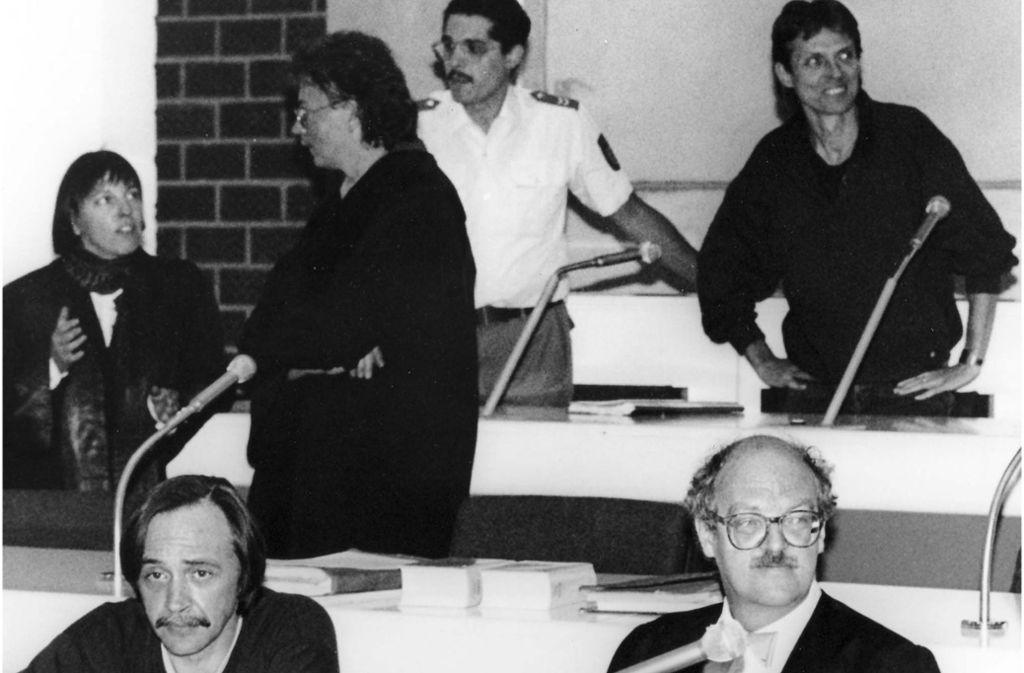Auch in späteren Jahren wurden in Stammheim Prozesse unter starken Sicherheitsvorkehrungen geführt. Im September 1992 standen dort die RAF-Terroristen Peter-Juergen Boock (vorne links) und Christian Klar (hinten rechts) vor Gericht.  Foto: AP