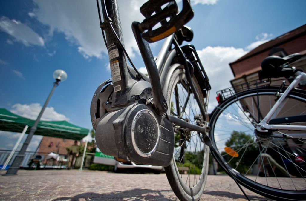 Eine 75-Jährige ist mit ihrem E-Bike gestürzt und später in einer Klinik an ihren schweren Verletzungen gestorben. (Symbolbild) Foto: dpa