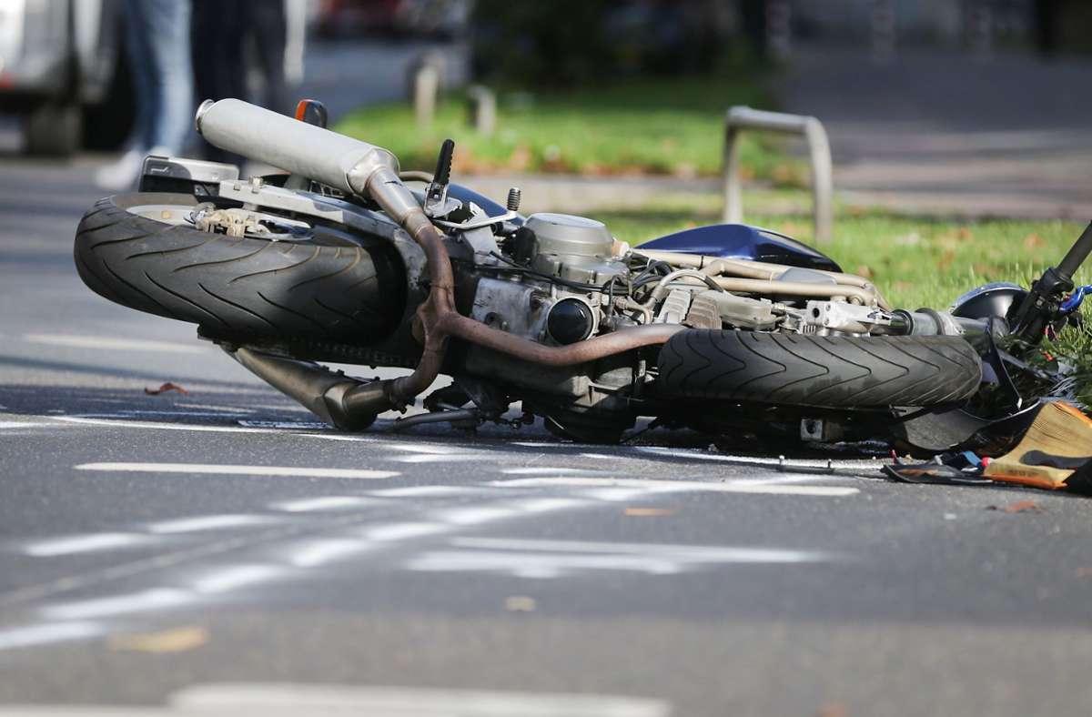 Der 38-jährige Motorradfahrer ist am Dienstagabend gestürzt (Symbolbild). Foto: dpa/David Young