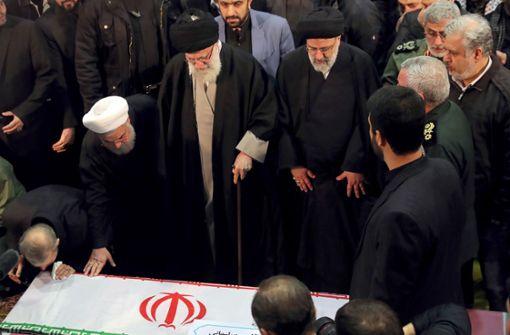 Chamenei weint an Soleimanis Sarg