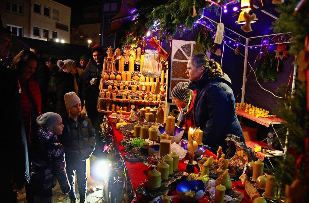 Auch die Weihnachtsmärkte in den Außenbezirken sind stimmungsvoll und  haben einiges zu bieten – wie hier in Weilimdorf. Foto: / Lederer