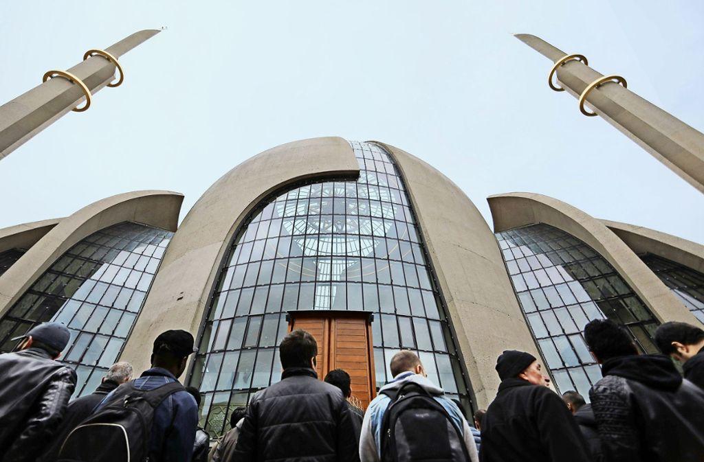 Gläubige vor der  Zentralmoschee der Ditib in Köln, die im vergangenen September eröffnet wurde Foto: dpa