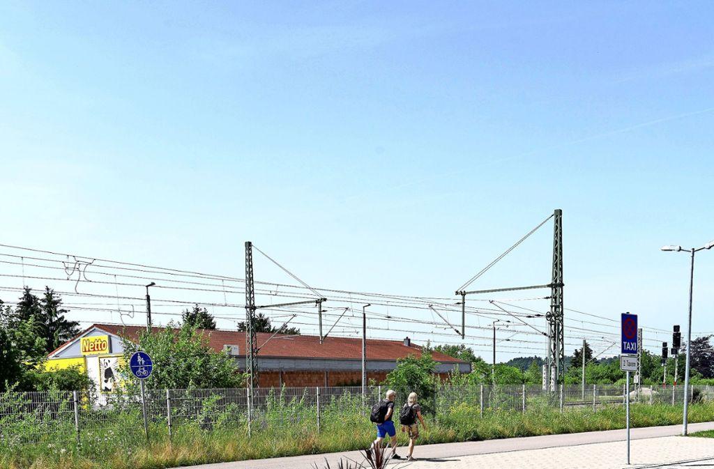 Auf den Grünflächen des Renninger Bahnhofs will Calw den Steig für die Hesse-Bahn bauen. Foto: factum/J