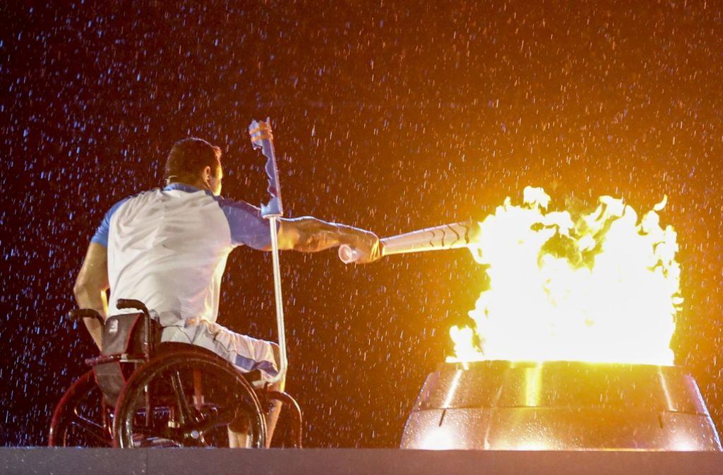 Bei strömendem Regen hat der Schwimmer Clodoaldo Silva das Paralympische Feuer im Maracana entzündet . Foto: Getty Images South America