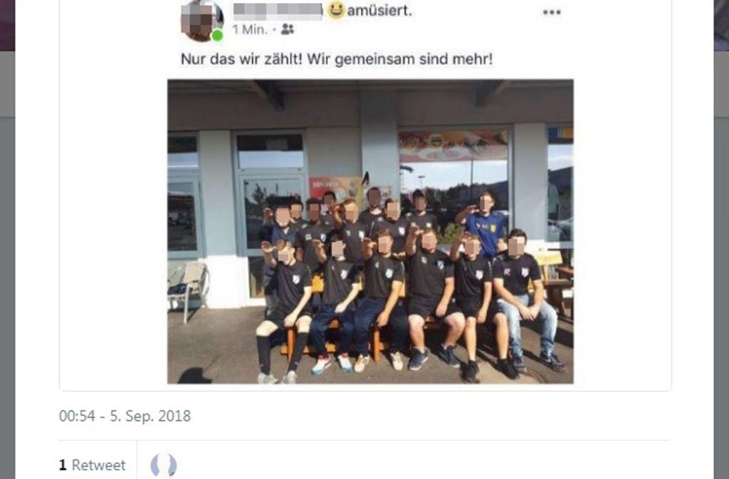 Der Hitlergruß auf dem Foto, das in den sozialen Medien kursiert, hat für die sieben Fußballer Folgen. Foto: Screenshot Twitter
