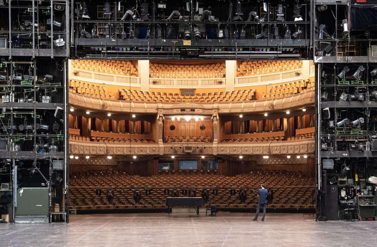 Bühnen wie diejenige des Stuttgarter Opernhauses (hier ein Blick in den Zuschauerraum) bleiben mindestens einen Monat lang leer. Foto: picture alliance/dpa/Marijan Murat