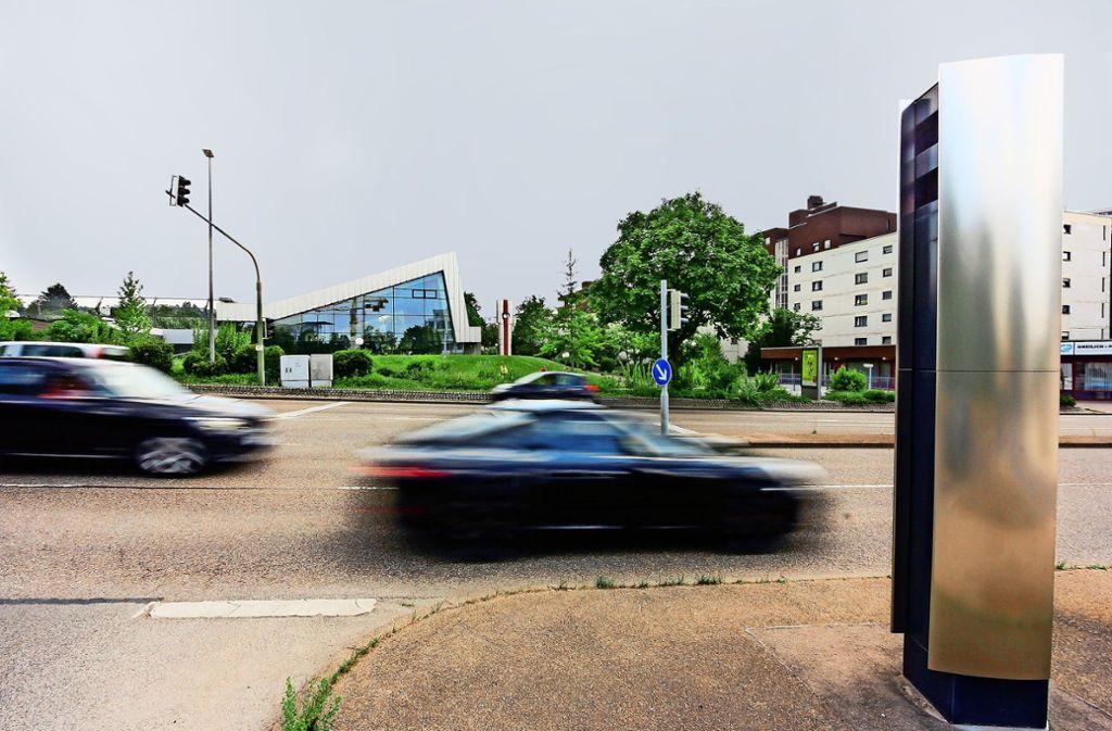 Auch ein Fall für den Vollzugsdienst: Feste Blitzer,  hier am Hallenbad, werden immer mal wieder beschädigt. Foto: factum/Bach
