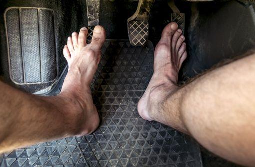 Barfuß oder nackt? Das ist beim Autofahren erlaubt