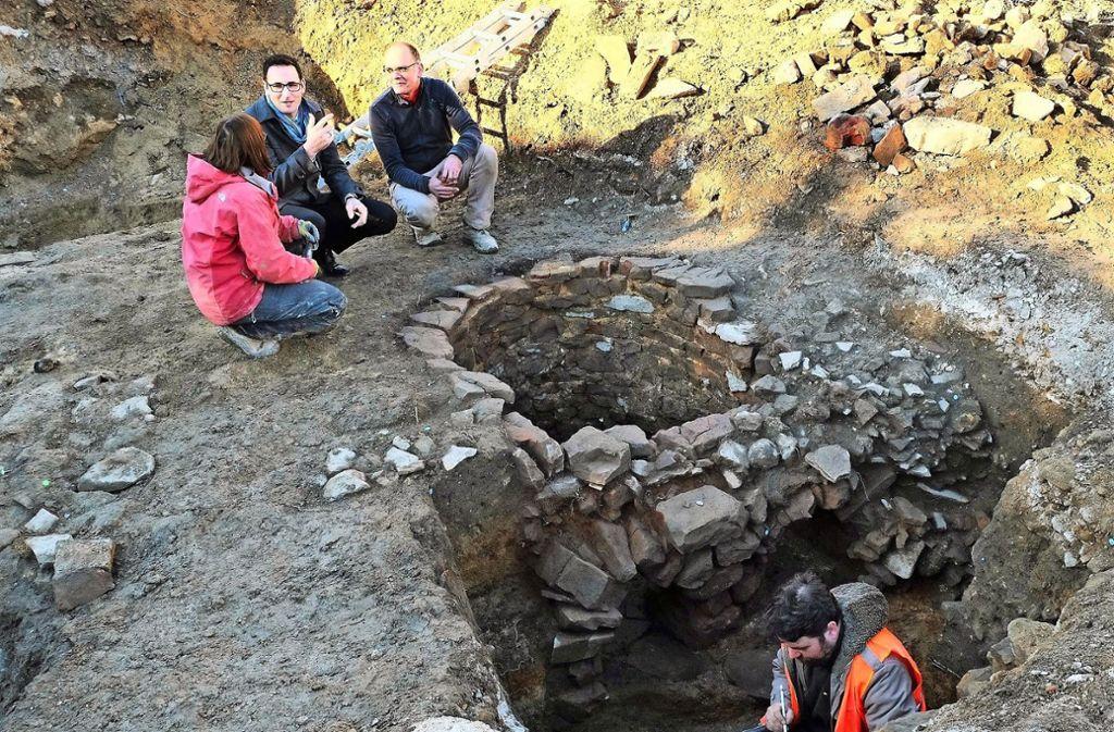 Für den  Archäologen Sören Frommer (dritter von links) sind die Funde von überregionaler Bedeutung. Foto: Gemeinde Denkendorf