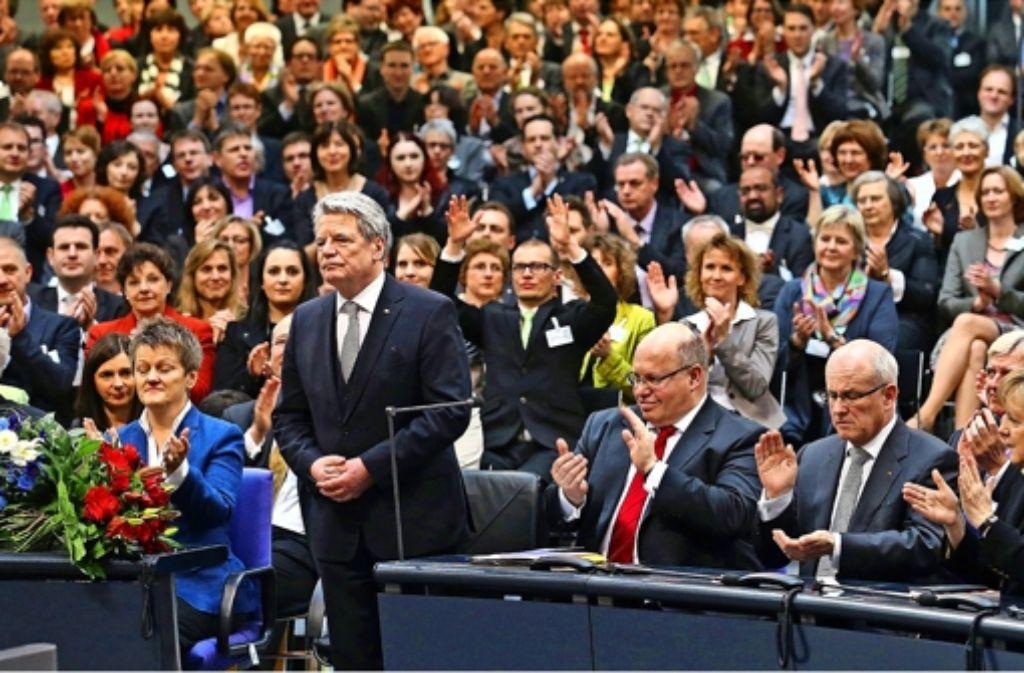 Angespannte Miene nach der Wahl: Joachim Gauck nimmt am 18. März 2012 im Berliner Reichstag den Beifall der Bundesversammlung entgegen. Foto: dpa