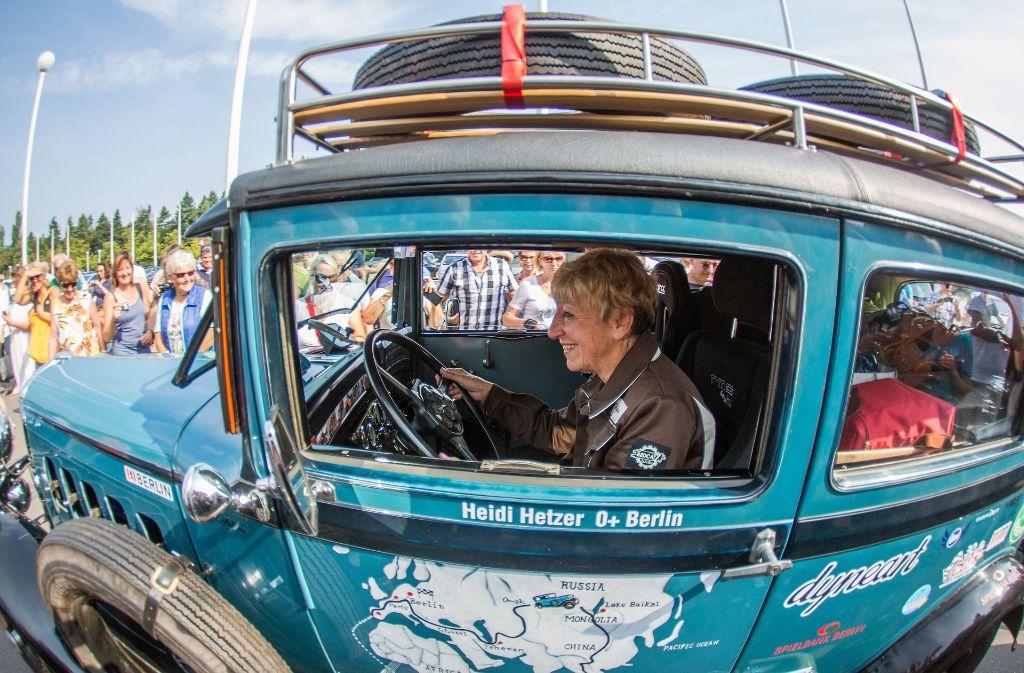 Am 27. Juli 2014 bricht die ehemalige Autohändlerin Heidi Hetzer in Berlin auf. Sie will die Welt umrunden. Ihr treuer Begleiter: ein Hudson Great Eight Oldtimer Baujahr 1930. Foto: dpa